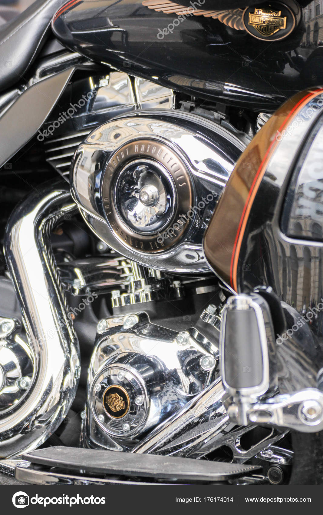 Motorrad-Motor-Komponenten — Redaktionelles Stockfoto © nikey #176174014
