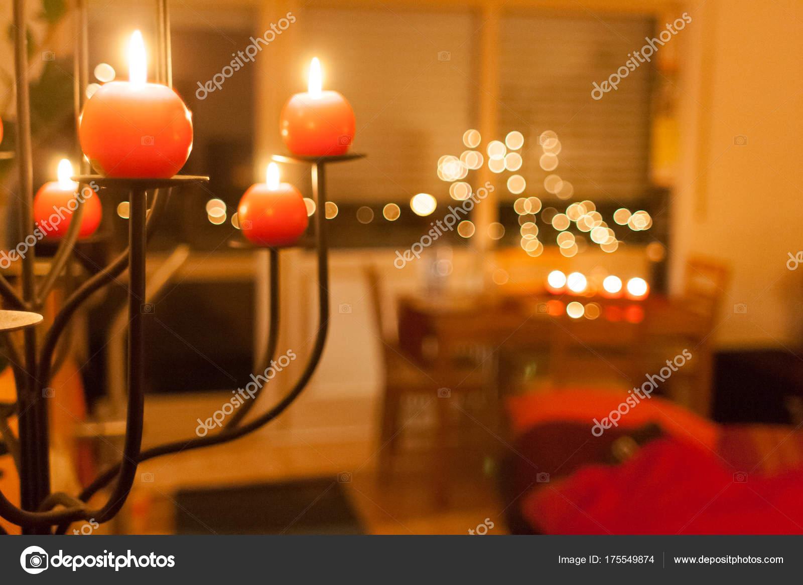 Illuminazione Con Candele : Candele rosse illuminazione una casa nel tempo di natale u foto