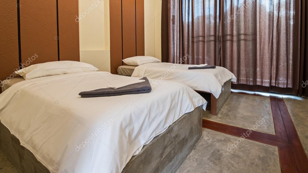 particolare del letto bianco in camera da letto — Foto Stock ...