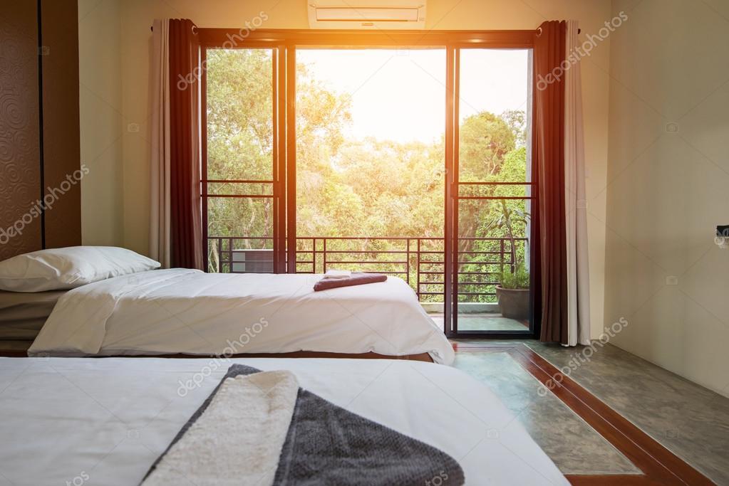 particolare del letto bianco in camera da letto di lusso — Foto ...