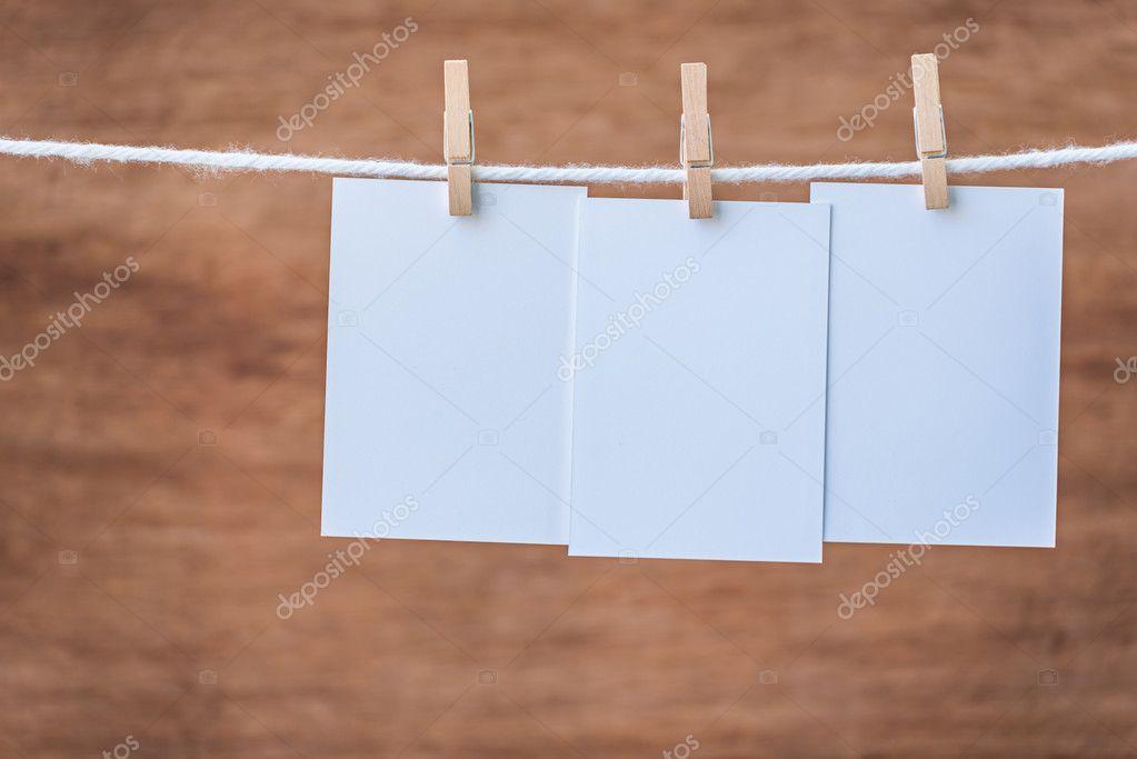 vacía tres marcos de foto colgada con pinzas para la ropa — Foto de ...