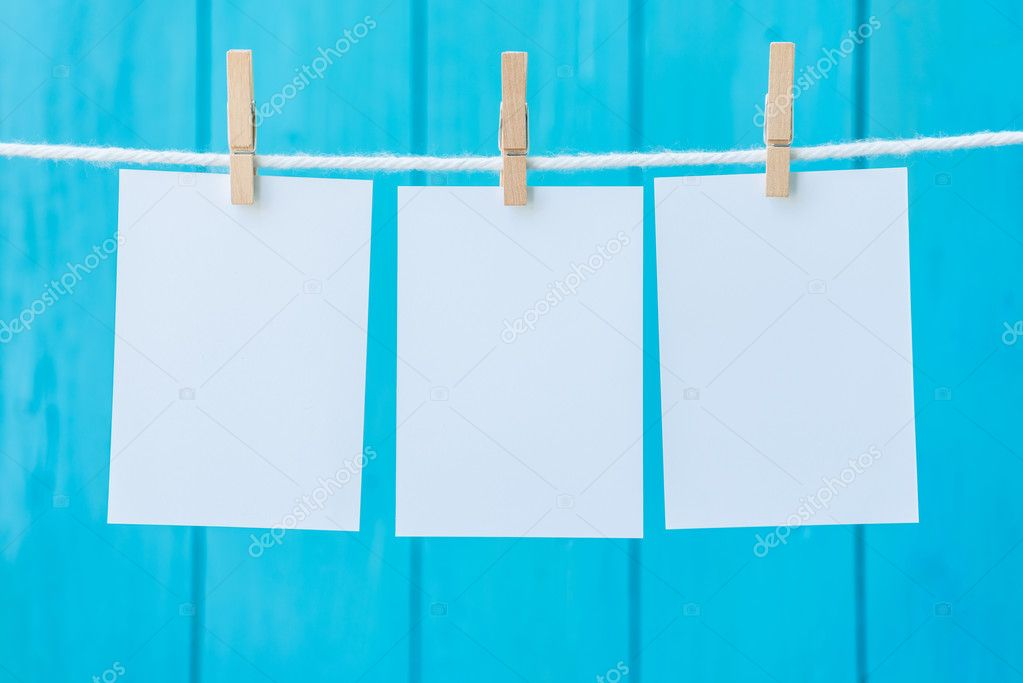 vacía tres marcos de foto colgada con pinzas para la ropa — Fotos de ...