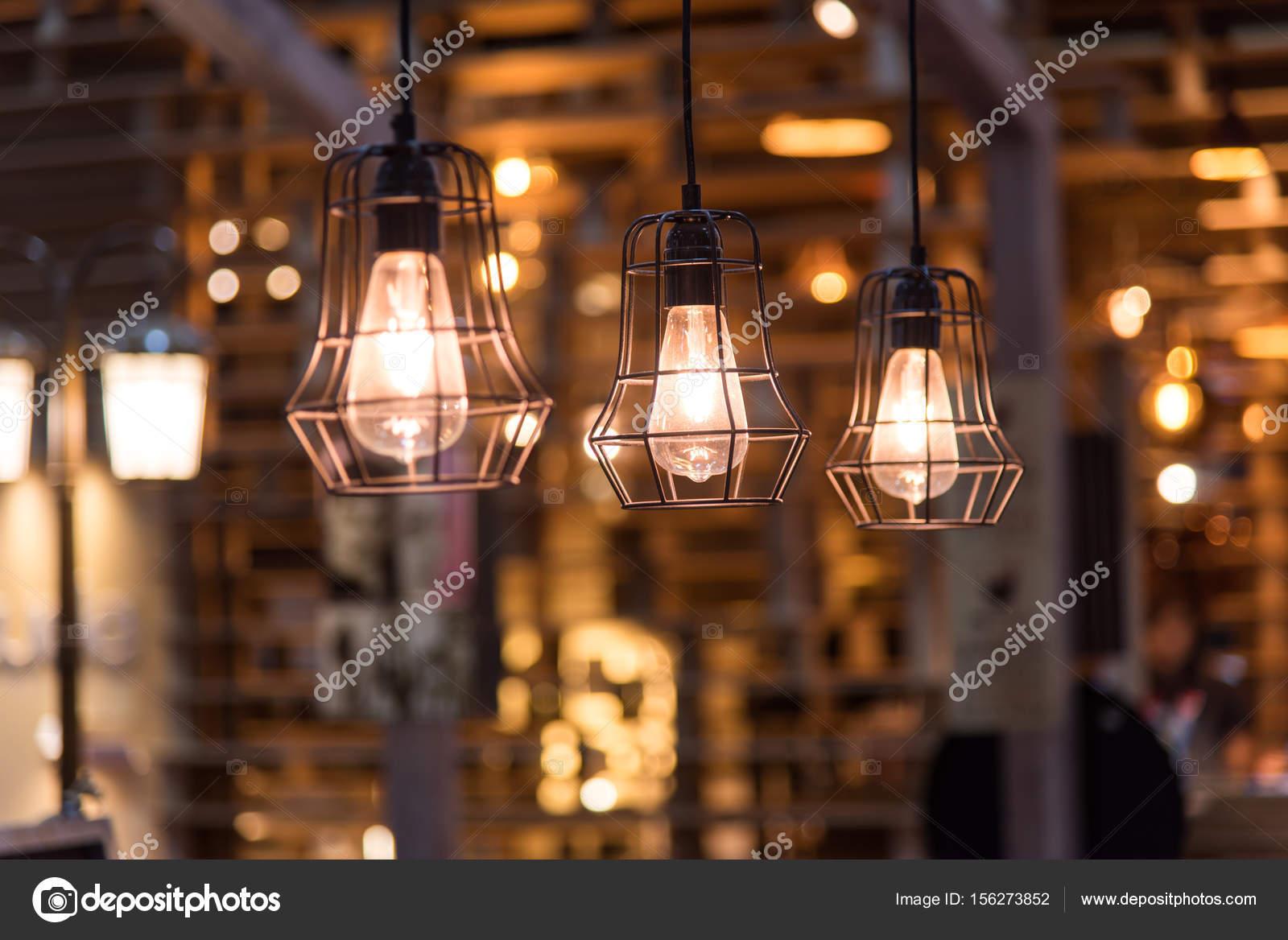 vintage verlichting decoratie op houten muur achtergrond stockfoto