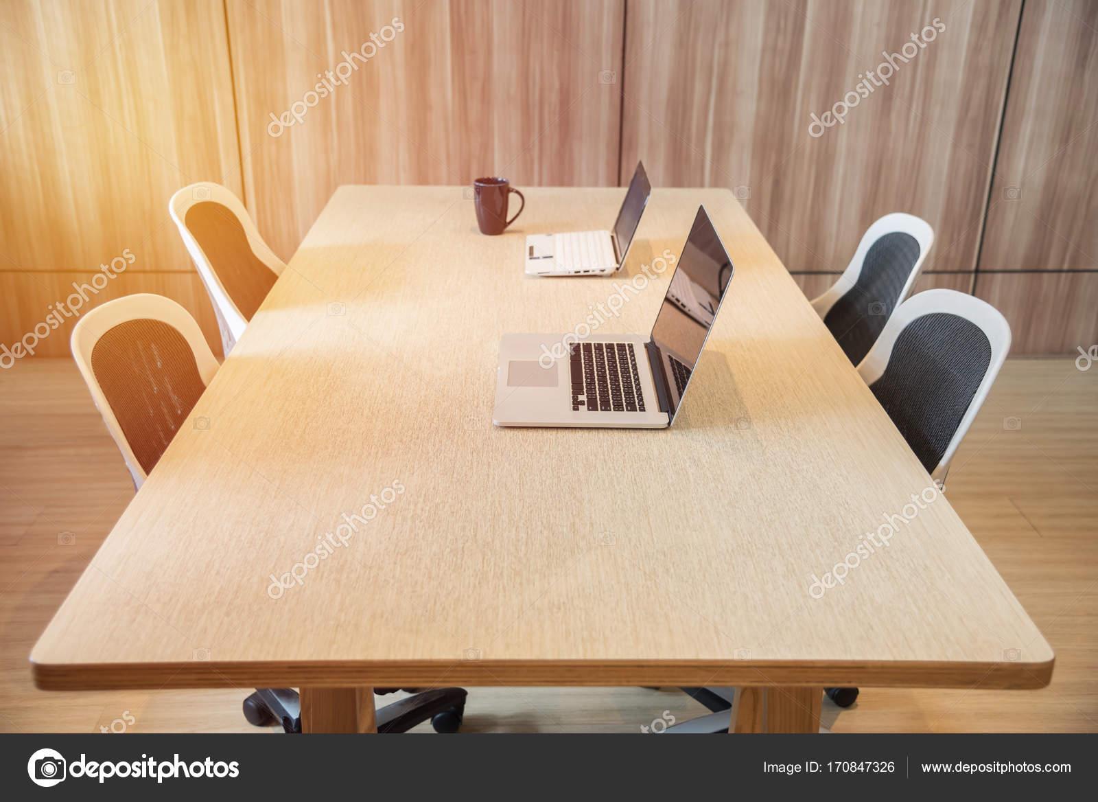 Ordinateur portable sur le bureau bois lieu de travail