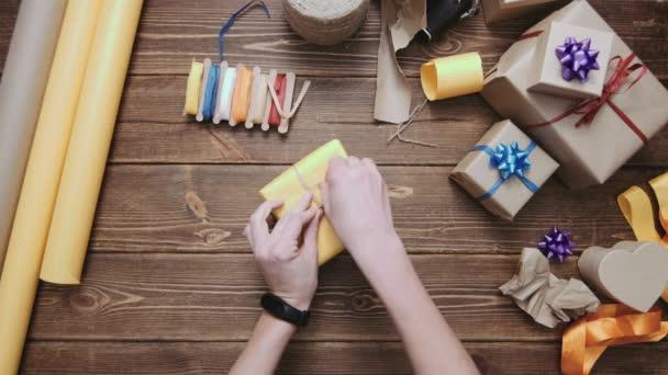 Oříznutí ruce zdobení zabalené krabice s řetězcem