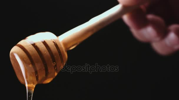 Osoba, namáčení medu stick v medu