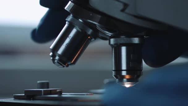 Nahaufnahme von mikroskop und test sample u stockvideo kkolosov