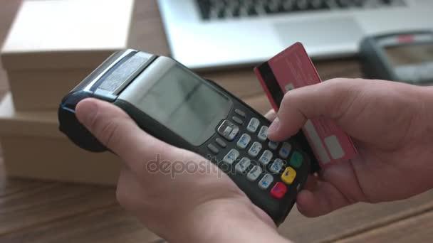 Mans ruka tlačí kreditní cardterminal tlačítko a potáhnout
