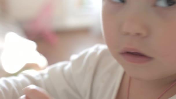 Dítě si hraje s jídlem