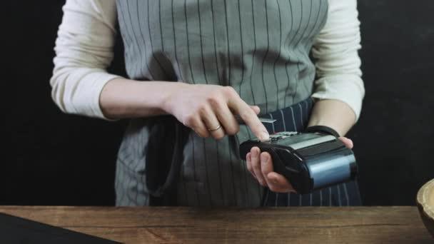 Nő ellop a hitelkártya hitelkártya olvasó keresztül