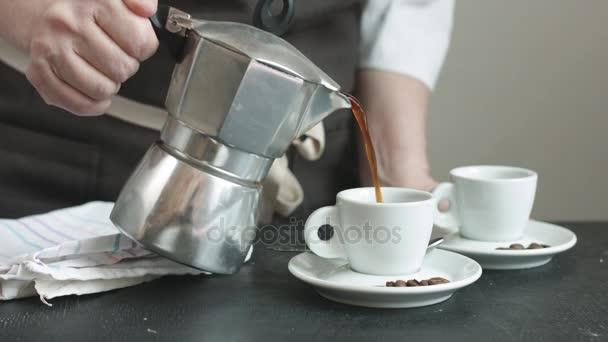 Frau in der Schürze frischen heißen Kaffee gießen