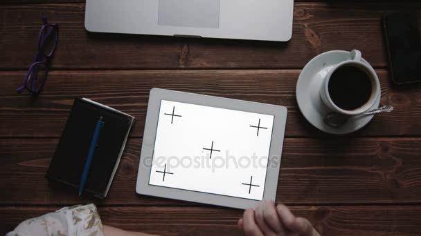 weibliche Hände auf Touchscreen-Tablet-PC