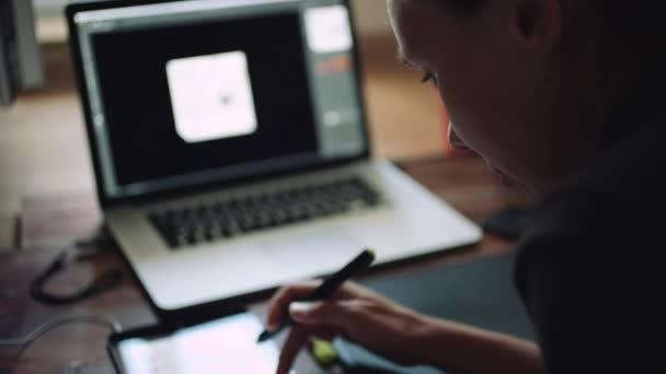 Frau-Designer arbeitet an einem Laptop mit einem Grafiktablett