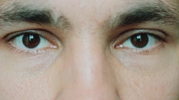 Marrón De Ojos A Hombres Mirando A La Cámara Vídeo De Stock