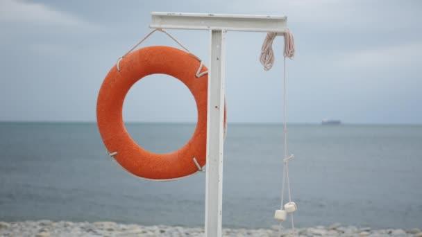 Rettungsring hängt am leeren Strand.