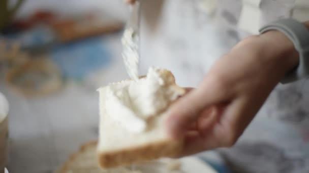 Ženské ruce sýrový sendvič.