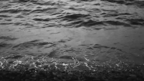 vlny a mořské pěny
