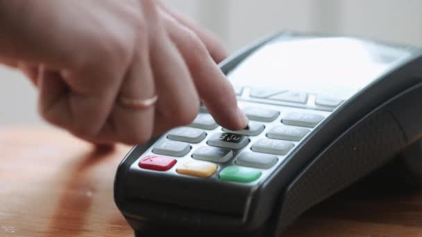 Osoba, která používá kreditní kartu