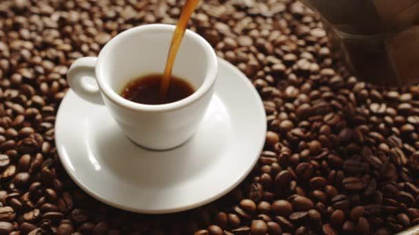 Szakadó forró kávé és pörkölt