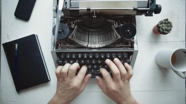 Spisovatel, psaní s retro psací stroj.
