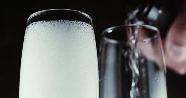 Brýle s champagne bubliny na tmavém pozadí