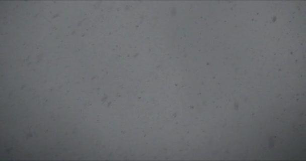 Sötét hóesés sötét háttérrel