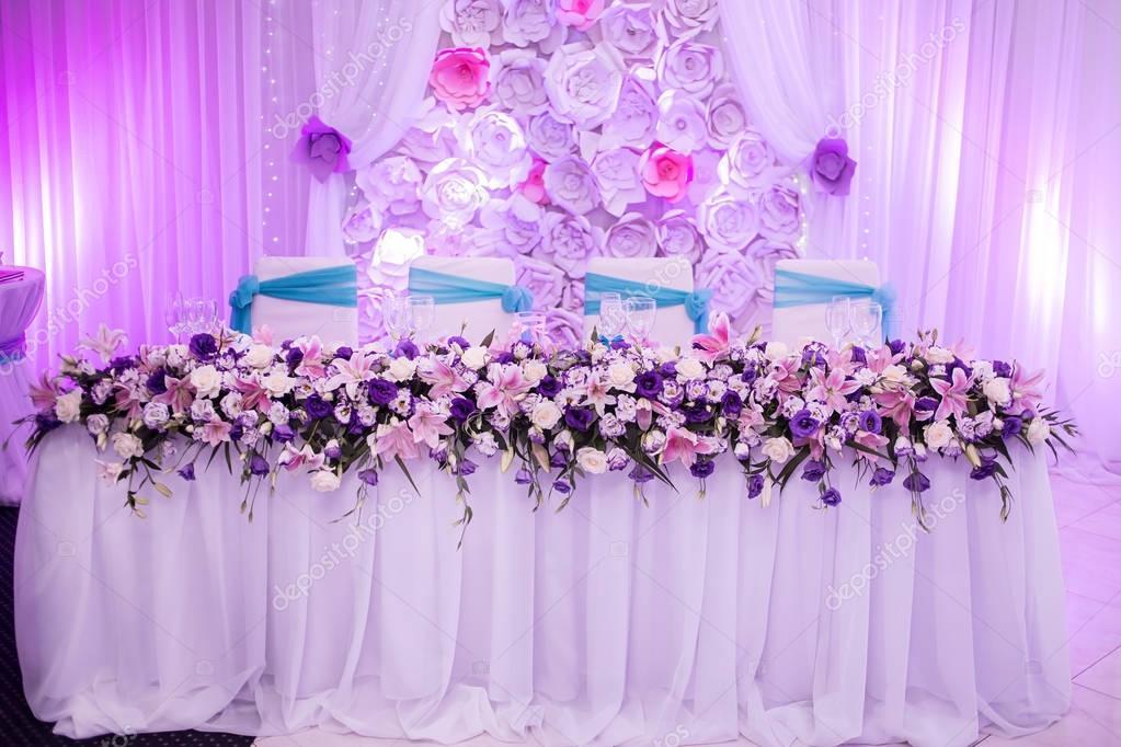 Tabla de la boda hermosa con decoración de flores — Fotos de Stock ...