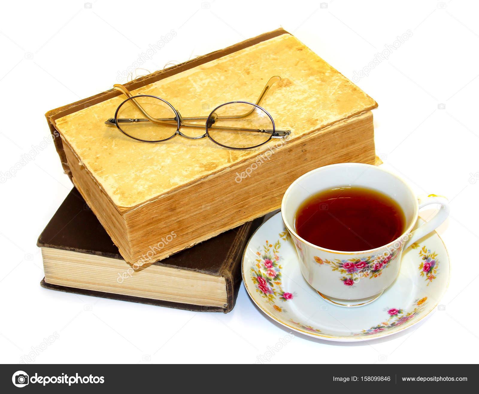 12738a4e80 Gafas de lectura, libros de moda antiguos y taza de té aislada en — Fotos