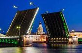 Elvált Palace híd alatt a fehér éjszakák remek kilátás a Kuntskamera, St. Petersburg, Oroszország. 2010. július 3.