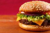 Hamburger záběr na červeném pozadí