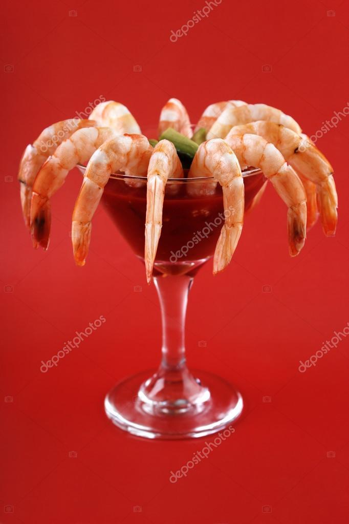 Garnelen-cocktail mit Salsa-sauce — Stockfoto © arskajuhani #128132410