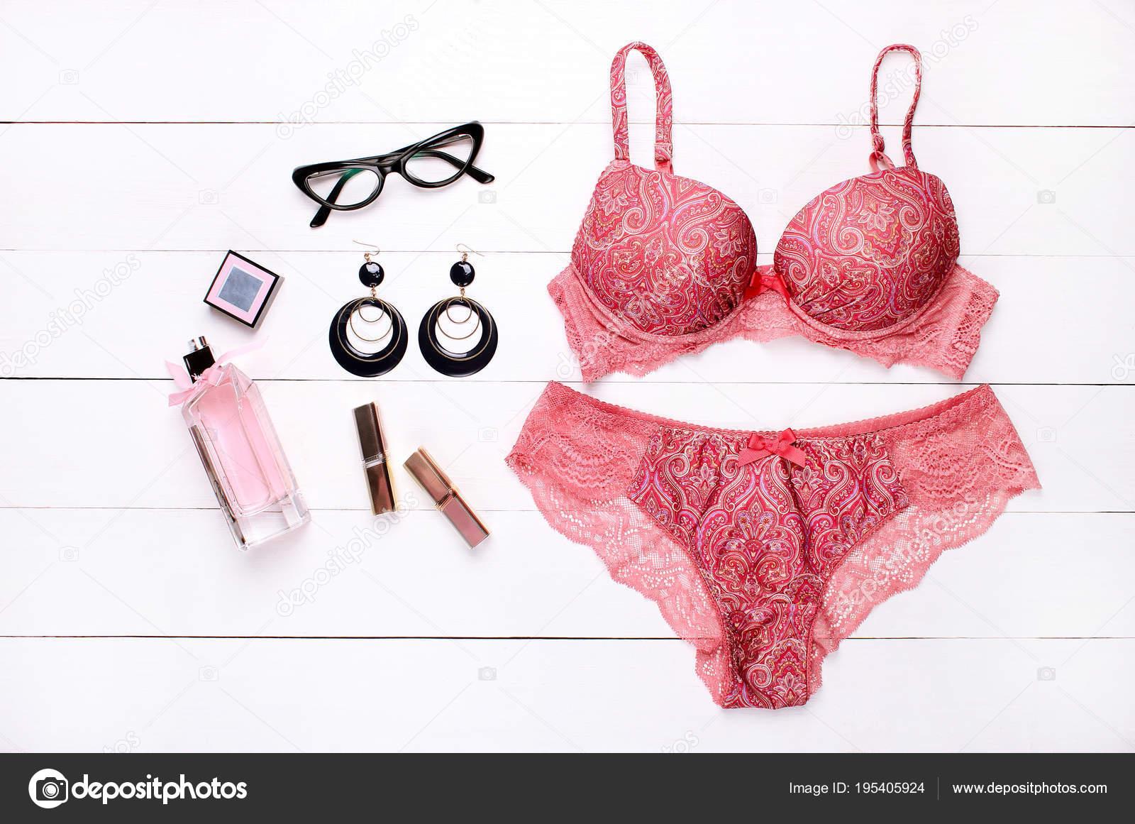 16dfc6a7add Όμορφη Γυναικεία Εσώρουχα Δαντέλα Κιλότα Και Σουτιέν Ξαπλωμένος Στο ...
