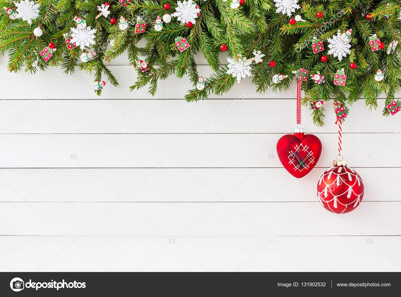 Sapin De Noel Avec Une Decoration Rouge Sur Fond Blanc Planche De
