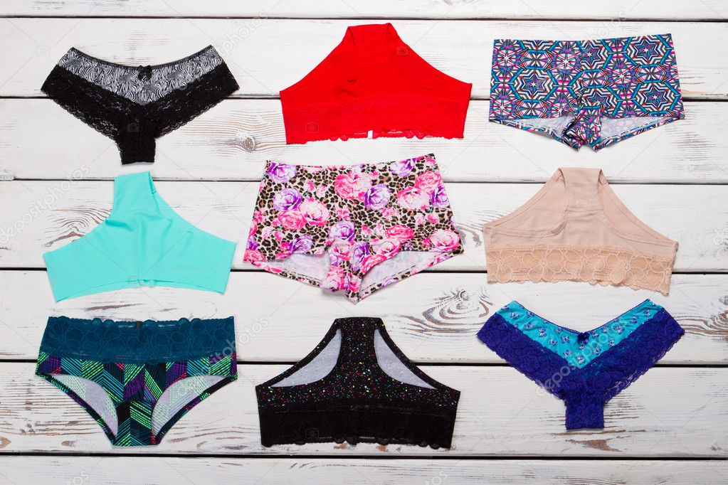 3fcc5b36c5 Bikini multicolor con estampados diferentes. Características femeninas.  Hermosa ropa interior — Foto de margostock
