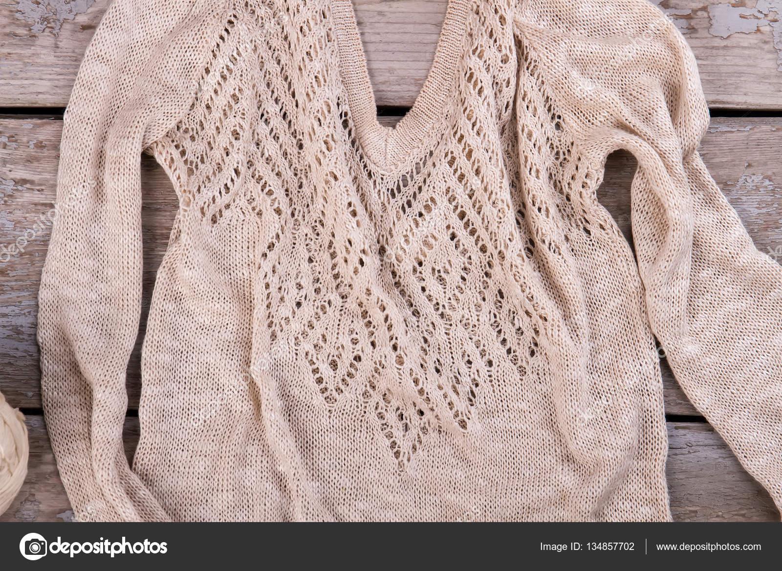 d2b5bf0656b8 Όμορφη πλεκτή μπλούζα με γιακά διάτρητο — Φωτογραφία Αρχείου ...