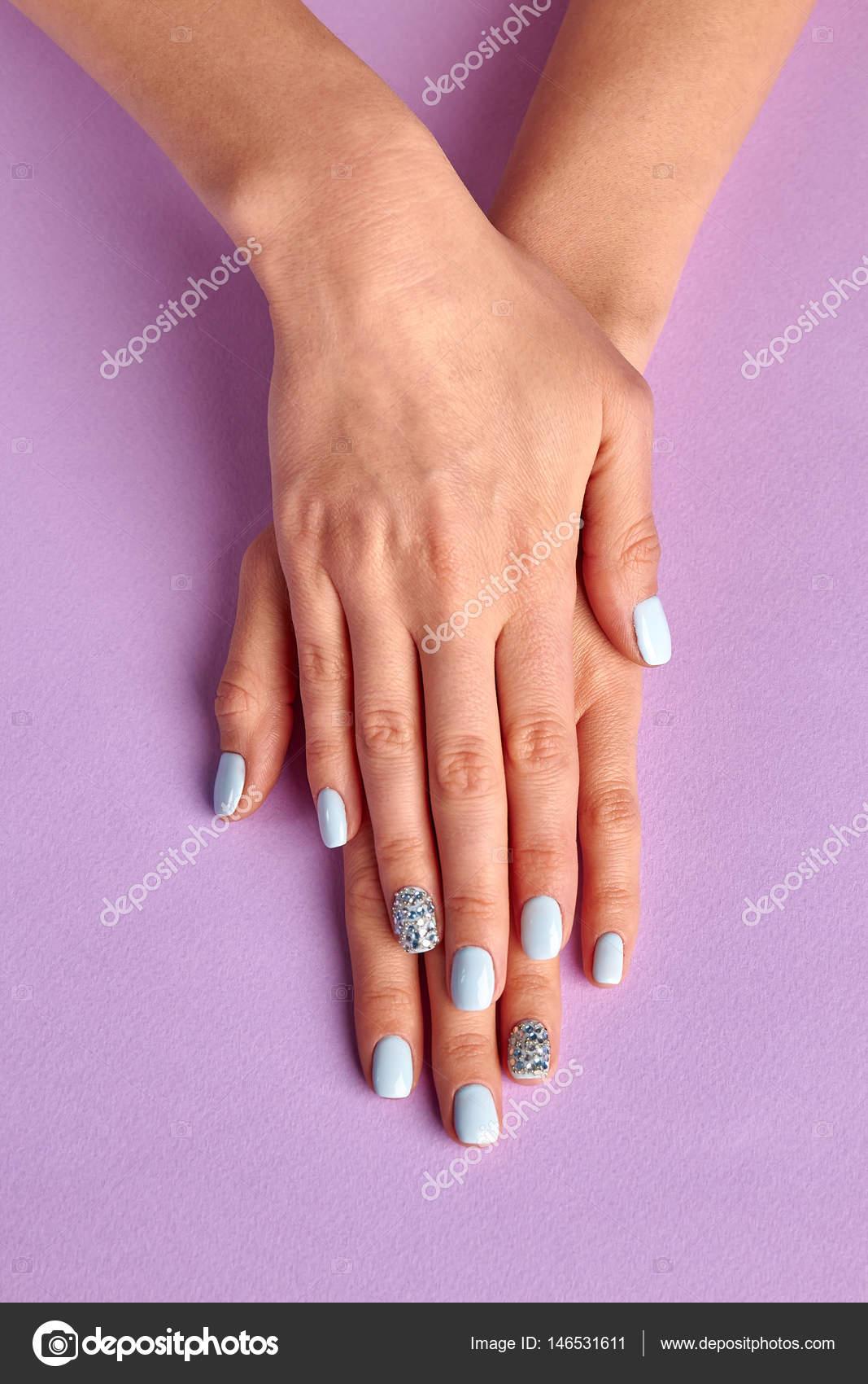 Blaue Maniküre mit Diamanten — Stockfoto © margostock #146531611