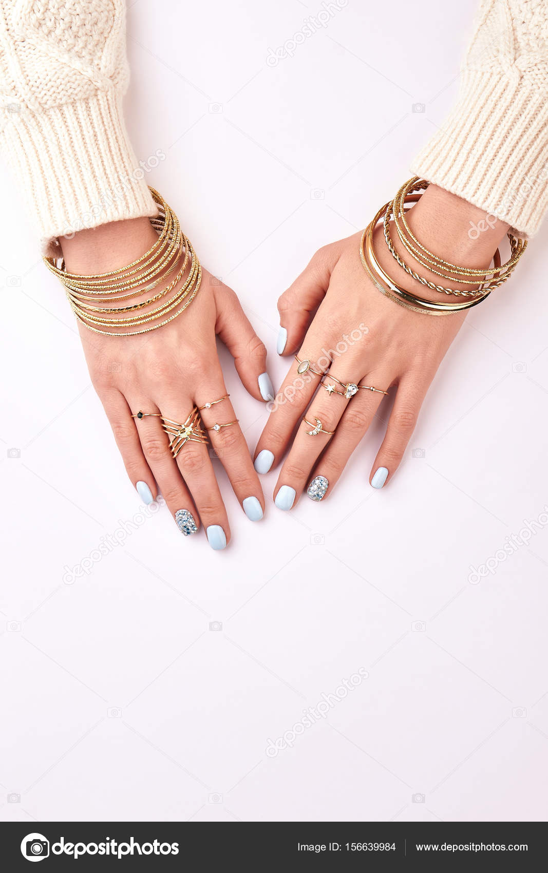 Πολλές διαφορετικές κοσμήματα βραχιόλια και δαχτυλίδια στα χέρια —  Φωτογραφία Αρχείου 37d18fd87bd