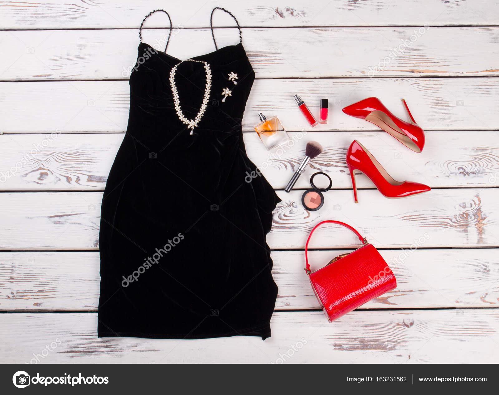 2e33cdb1bac9 Černé šaty a módní doplňky — Stock Fotografie © margostock  163231562