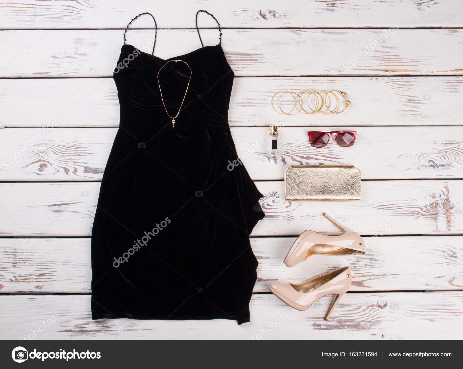 Vestido Negro Y Accesorios Beiges Foto De Stock