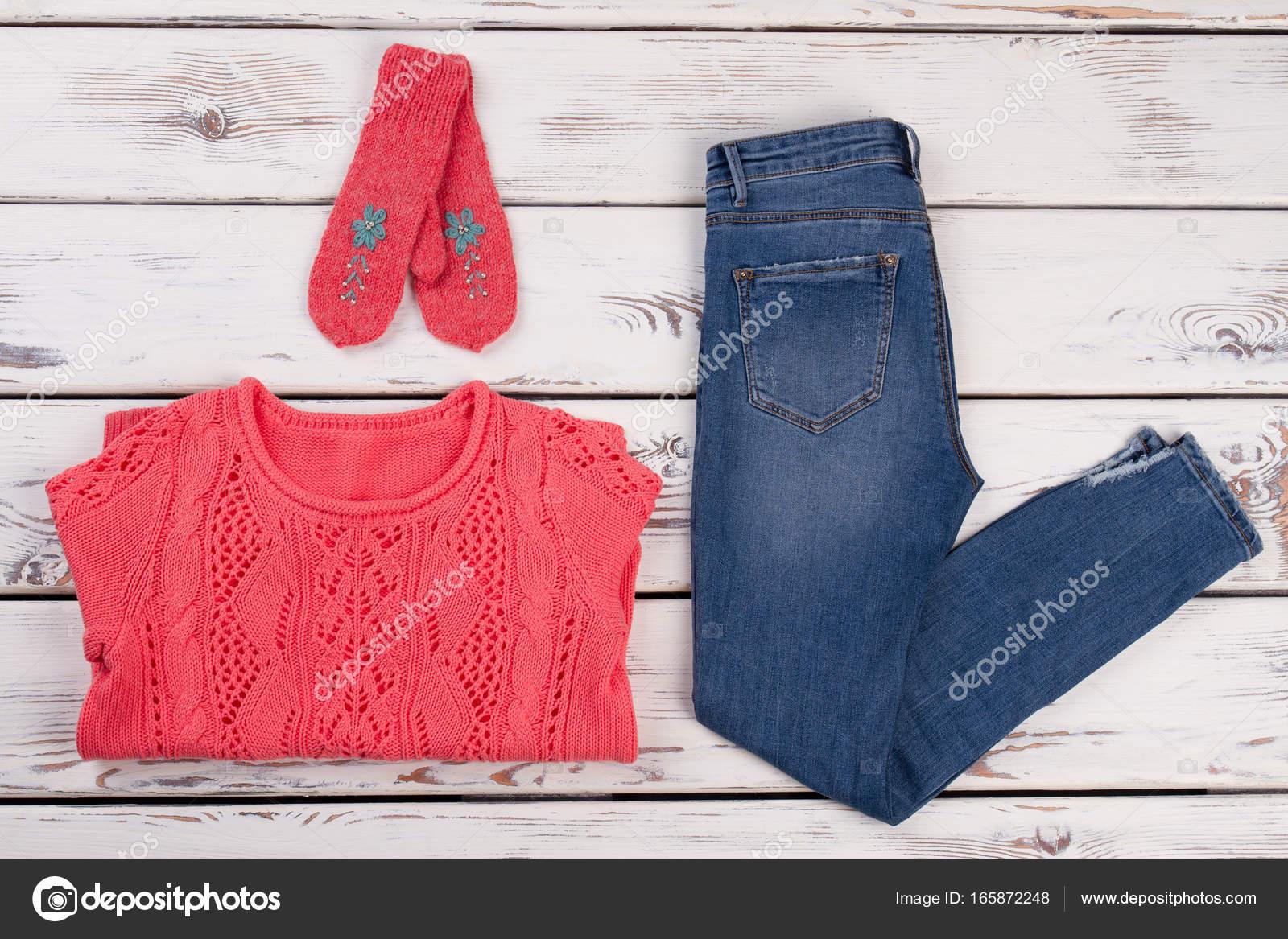 1d26fbaada8f Πλεκτά ρούχα και τζιν — Φωτογραφία Αρχείου © margostock  165872248