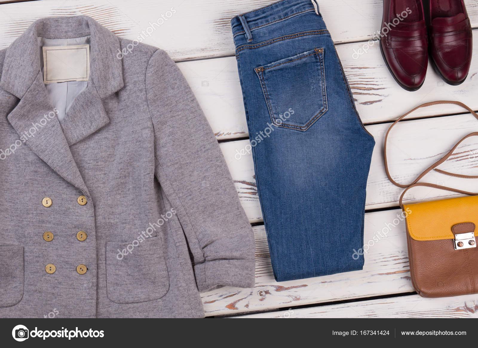 d8d3872093 ... Φωτογραφία Αρχείου · Γυναικεία σακάκι και skinny τζιν σε συνδυασμό με  δερμάτινα παπούτσια και τσάντα ώμου. Σετ ρούχα γνωστών σχεδιαστών