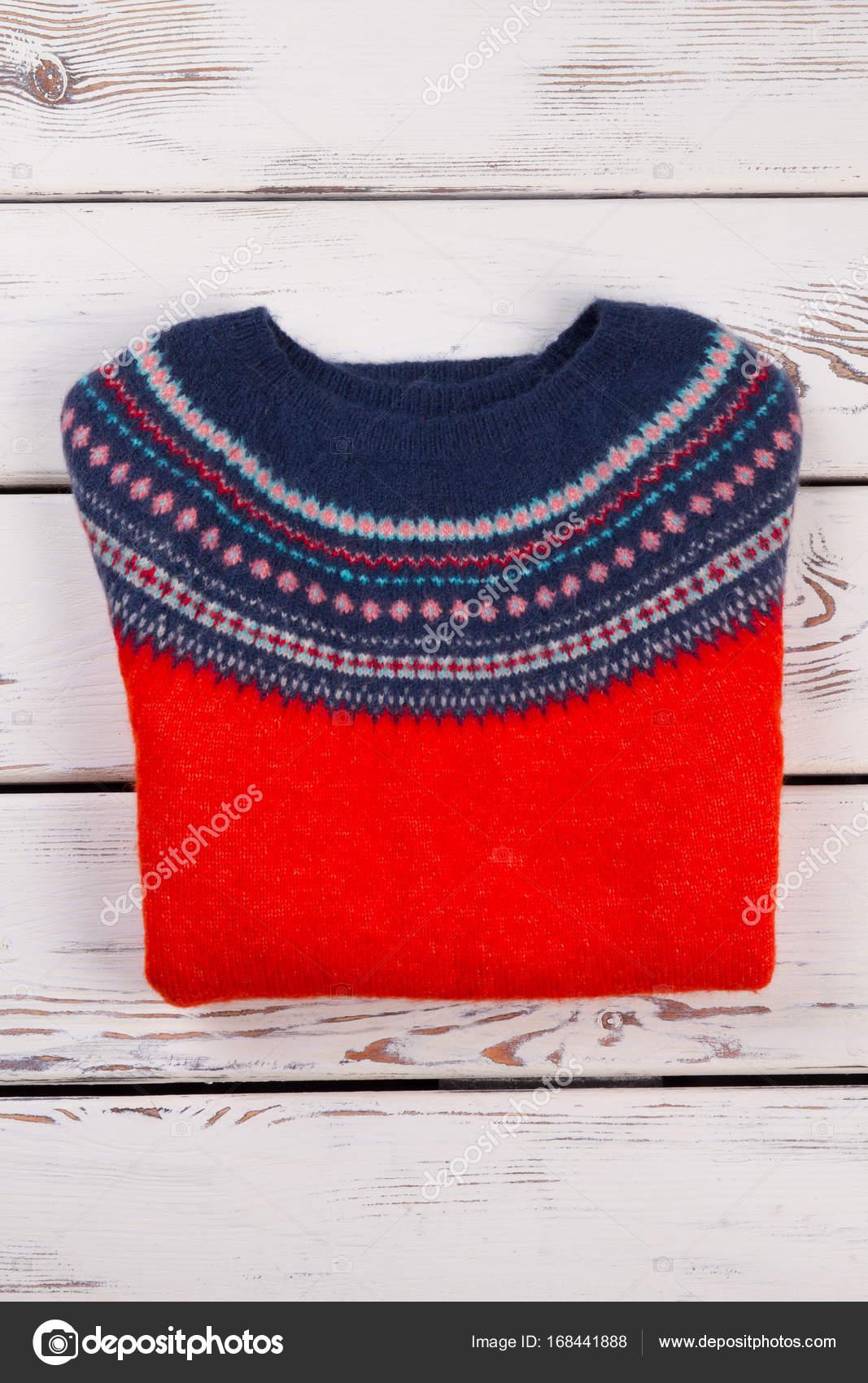 3f1b63919f96 Ισλανδικά-πουλόβερ κόκκινο και μπλε. Μάλλινα χειροποίητα γυναικεία ρούχα σε  λαϊκό ύφος. Διπλωμένο ρούχο σε φόντο ξύλινη — Εικόνα από ...