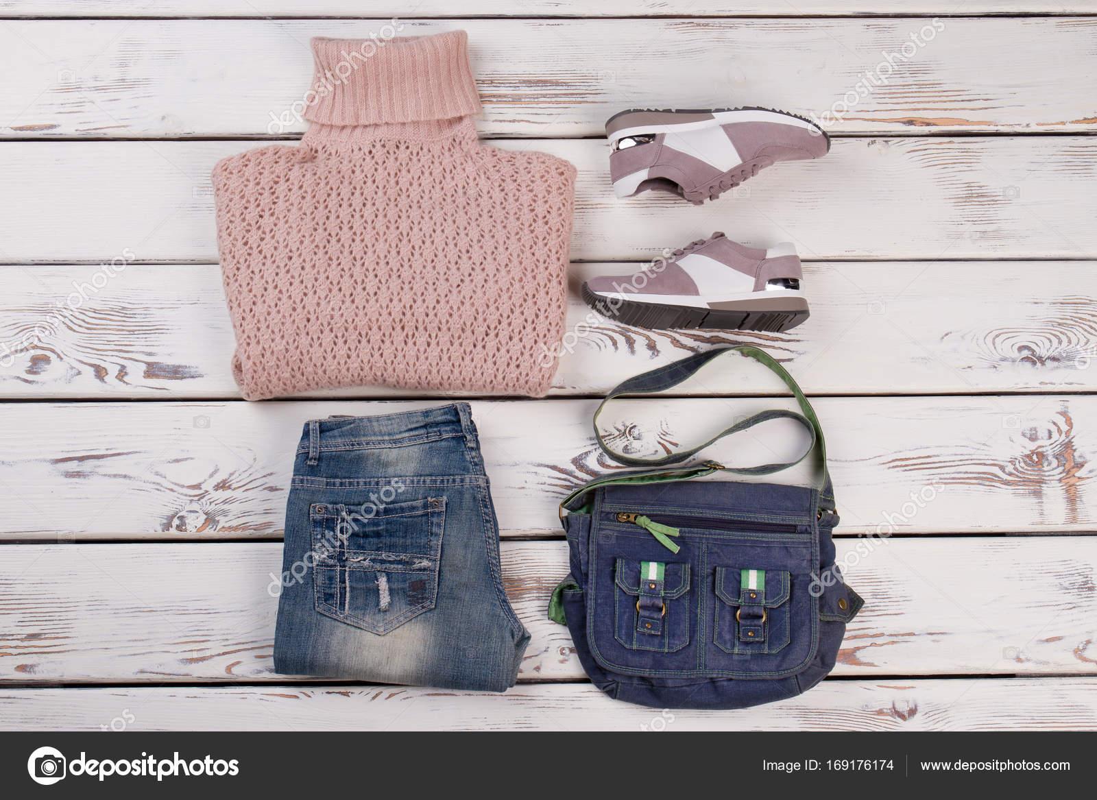 f1cb7a9c30ba Διπλωμένο ρούχα σε ρουστίκ φόντο. Συνδυασμός πλεκτά και τζιν. Είναι μοντέρνο  και να αισθάνονται άνεση — Εικόνα από margostock