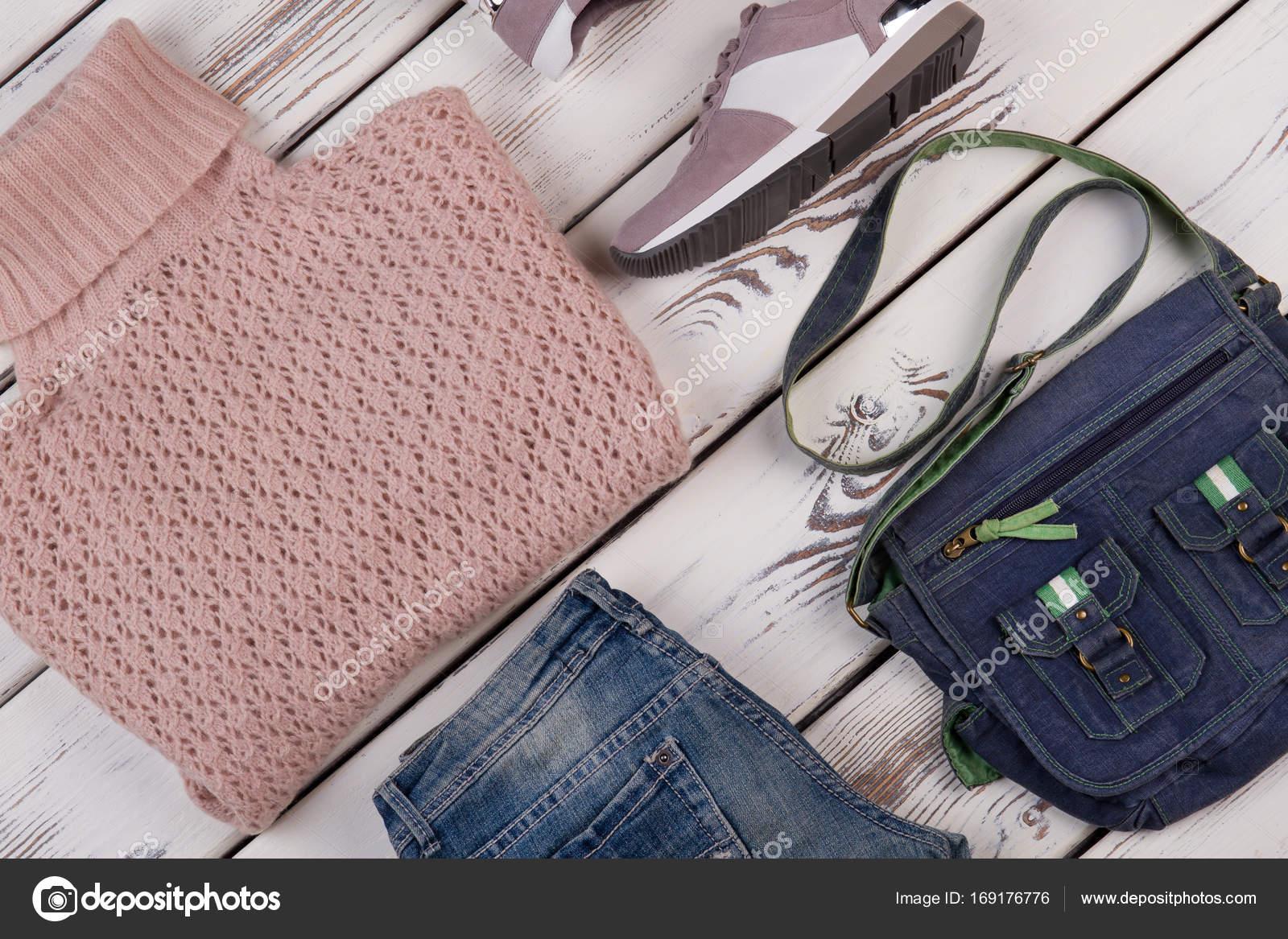 e9dbe25b376e Casual Γυναικεία ρούχα — Φωτογραφία Αρχείου © margostock  169176776
