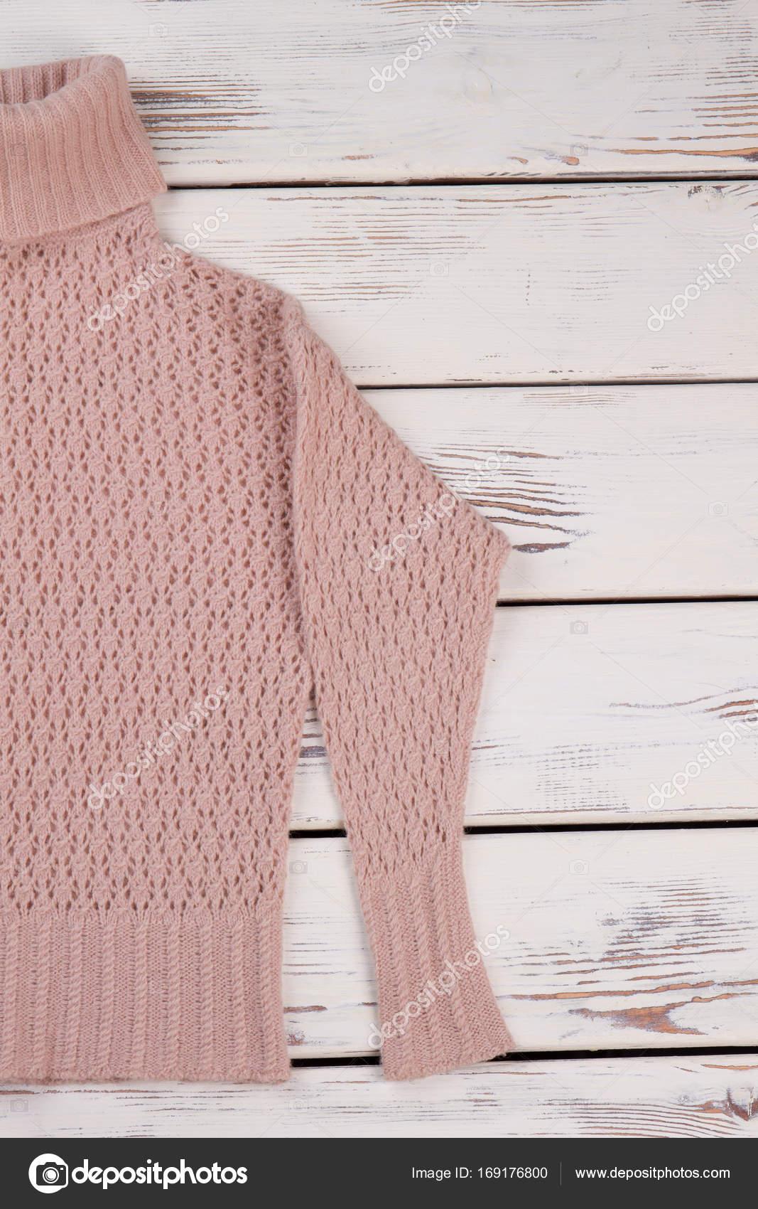 c8759cfc2f66 Γκρο πλαν σε πλεκτό πουλόβερ με ΖΙΒΑΓΚΟ. Απαλό ροδακινί χρώμα για γυναικεία  χειμερινά ρούχα. Ψάχνετε γοητευτική με χειροποίητα ρούχα — Εικόνα από ...