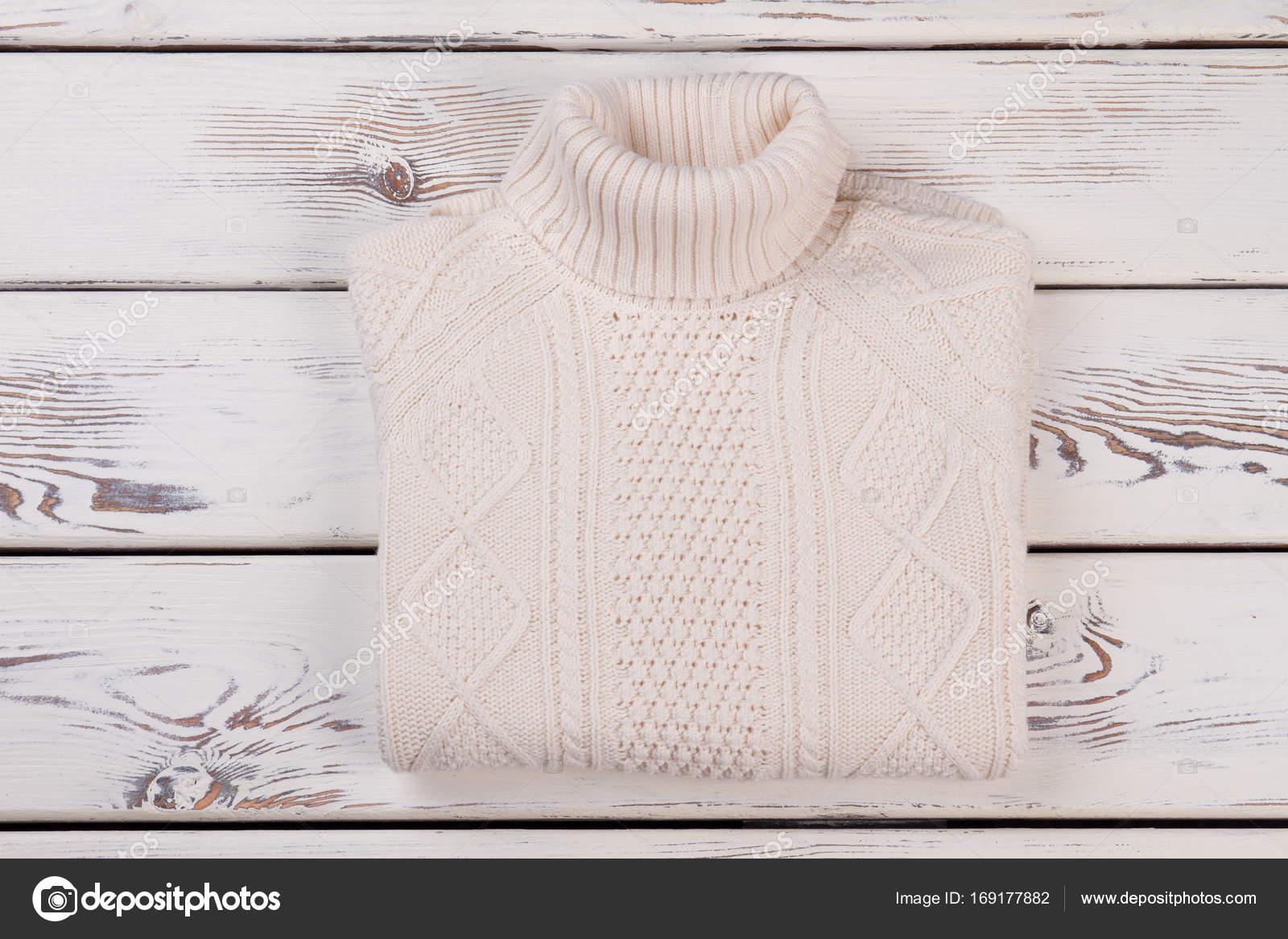 fd9dccd32eb Bílé ručně pletený svetr — Stock Fotografie © margostock  169177882