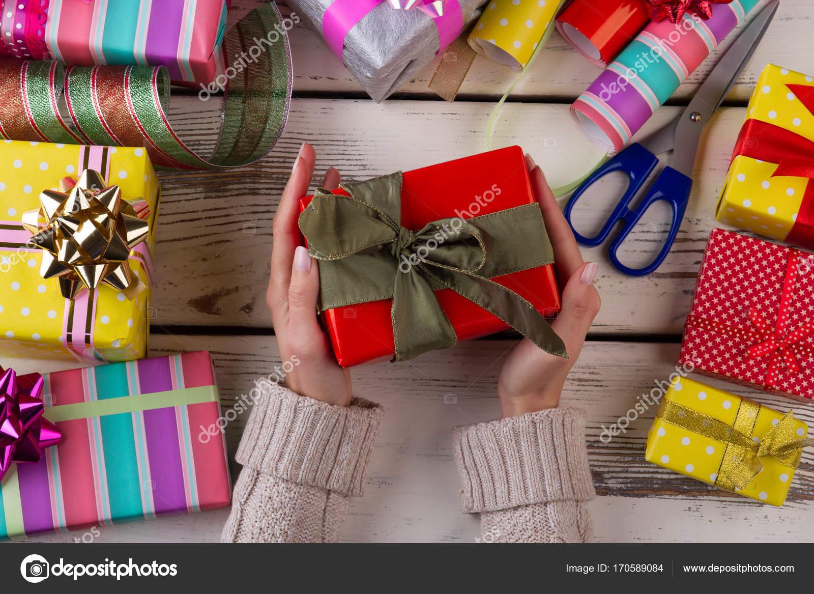 Frau ist Geschenke Verpacken — Stockfoto © margostock #170589084