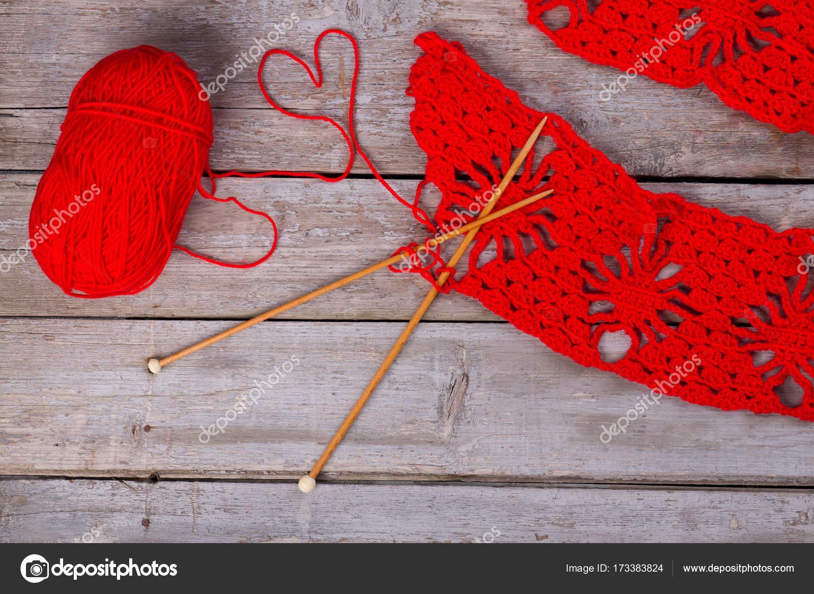 Confección de bufanda de lana roja — Fotos de Stock © margostock ...