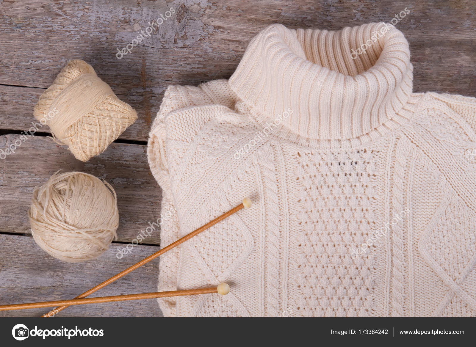 d902357c6b54 Λευκό ΠΟΥΛΟΒΕΡ με ΖΙΒΑΓΚΟ σε ξύλινο υπόβαθρο. Βελόνες πλεξίματος και μικρές  κούκλες από νήματα μάλλινα. Χειροποίητα ρούχα — Εικόνα από ...