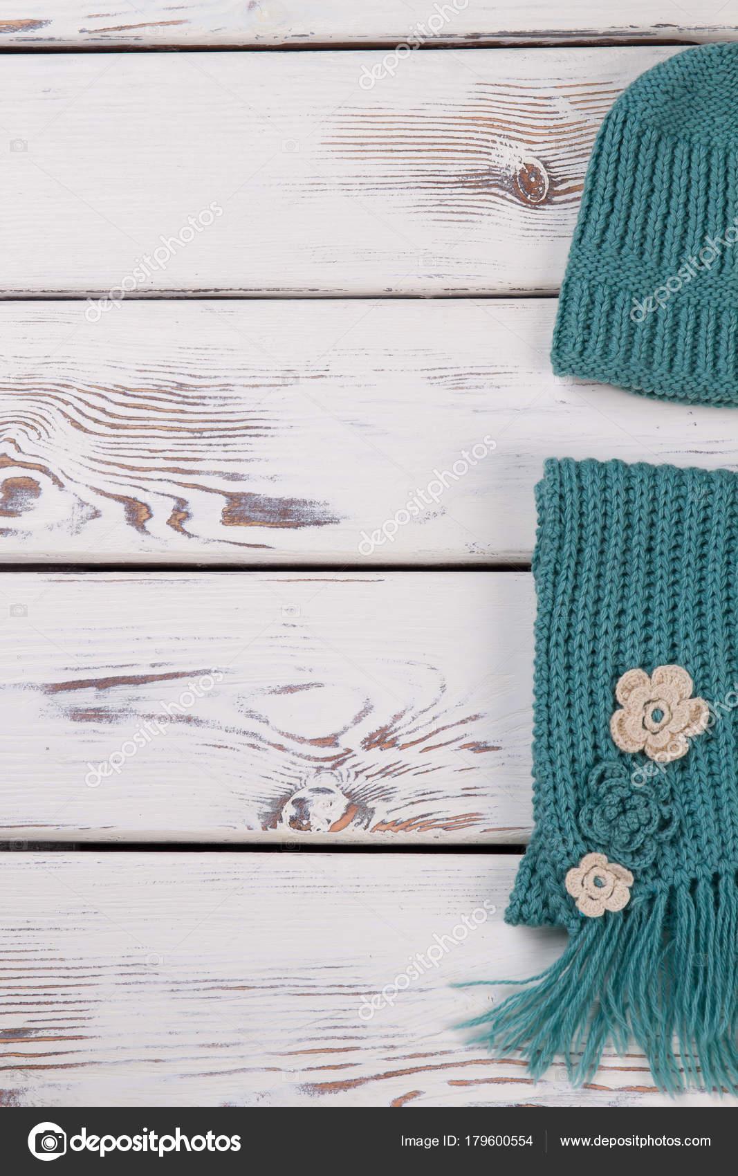 Bufanda y gorro tejido mano — Foto de stock © margostock #179600554